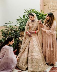 Bookmark this bridesmaid pose for your D day Bridesmaid Poses, Bridesmaid Outfit, Indian Wedding Photography Poses, Indian Wedding Photos, Haldi Ceremony, Best Friend Wedding, Pre Wedding Photoshoot, Wedding Couples, Trendy Wedding