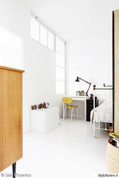 koulupöytä,valkoinen,valkoinen sisustus,lastenhuone,oma huone