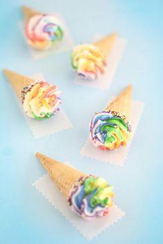 Chocolate ganache ice cream comes with merengue topping. Cute Desserts, Delicious Desserts, Yummy Treats, Sweet Treats, Rainbow Ice Cream, Rainbow Food, Rainbow Icing, Rainbow Sweets, Rainbow Desserts