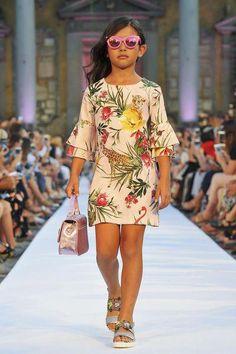 Dal Pitti: Monnalisa fashion show Kids Fashion Show, Tween Fashion, Little Girl Fashion, Dresses For Tweens, Girls Dresses, Tween Mode, Baby Dress Patterns, Kids Frocks, Stylish Kids