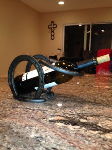 Attractive Horseshoe Wine Rack holds a single bottle of wine and is made from new horseshoes. These single wine bottle holders are great for a center Horseshoe Projects, Horseshoe Crafts, Horseshoe Art, Small Wood Projects, Metal Projects, Metal Crafts, Horseshoe Wine Rack, Wine Stand, Welding Art Projects