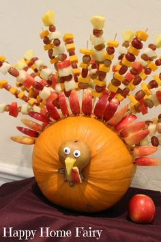 The Greatest Thanksgiving Centerpiece – Happy Home Fairy Looking to add a little awesome to your Thanksgiving table this year? How about a Fruit Kabob Turkey? More from my site Thanksgiving Centerpiece Thanksgiving Truthan, Thanksgiving Centerpieces, Thanksgiving Appetizers, Diy Thanksgiving Decorations, Turkey Decorations, Thanksgiving Projects, Table Decorations, Happy Home Fairy, Fete Halloween