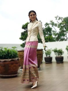 New Fashion Style Hijab Long Skirts Ideas Myanmar Traditional Dress, Thai Traditional Dress, Traditional Outfits, Batik Fashion, Skirt Fashion, Filipiniana Dress, Derby Dress, Thai Dress, Indian Designer Outfits