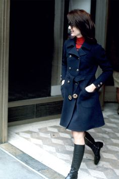 When it comes to a woman with style, no one did it better than Jackie O. See rare photos of Jacqueline Kennedy Onassis in the new book, 'New York Jackie: Pictures From Her Life in The City' Estilo Jackie Kennedy, John Kennedy, Les Kennedy, Jaclyn Kennedy, First Lady Church Suits, Church Suits And Hats, Women Church Suits, French First Lady, Us First Lady