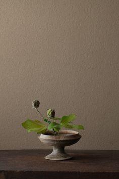 Ikebana Flower Arrangement, Ikebana Arrangements, Flower Arrangements, Deco Floral, Arte Floral, Garden Art, Garden Design, Lily Centerpieces, Dark Green Aesthetic