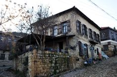 """Kuzey Ege'de Gizli Cennet """"Yeşilyurt"""" Kaz Dağları'nın eteğinde kurulu Yeşilyurt köyü, bozulmamış doğası ve eski taş evleriyle büyük şehir stresinden uzaklaşmak isteyenlerin uğrak noktası haline geldi. Çanakkale'nin Ayvacık ilçesine bağlı Küçükkuyu beldesi sınırları içerisinde bulunan köy, başta İstanbul ve İzmir'de yaşayanlar olmak üzere, büyük şehirlerin stresinden günübirlik kaçmak isteyenlerin ilgisini çekiyor. Istanbul"""