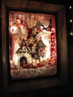 Awesome Christmas Window Scene ~~ wouldn't it be fun to decorate a window like this?