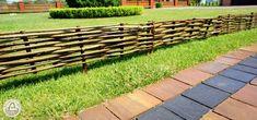 Ágyásszegély , Kerti szegély mogyorófa 20x60 cm, Ágyásszegély virág vagy növény ágyáshoz. Ez a praktikus ágyásszegély fa kereten erős 1-2 cm-es mogyorófaágakból Stepping Stones, Wood, Fa, Outdoor Decor, Stair Risers, Woodwind Instrument, Timber Wood, Trees