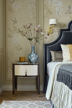 Wallpaper Room Decor Get inspired by these modern bedroom design projects. Wallpaper Room Decor Get inspired by these modern bedroom design projects. European Home Decor, Lesage, Home Decor Bedroom, Bedroom Rugs, Design Bedroom, Classic Bedroom Decor, Stylish Bedroom, Bedroom Furniture, Bedroom Ideas
