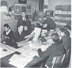"""Les élèves dans la """"Canarothèque"""". (Fascicule du quarantième anniversaire de l'ESJ). A gauche: Loïc Hervouet"""