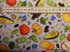 Patchworkstof med sunde ting - blå, er et flot blå patchworkstof med frugt, grøntsager, chokolade, mandler og the breve.