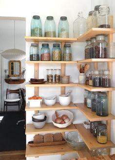 キッチン道具は戸棚にしまわず、見せる収納で広い空間づくりを。お米やパスタ、ハーブやスパイスなども瓶詰めにすればコーナーが楽しいディスプレイの場に。これなら作業効率もぐっと上がってお料理の時間が充実します。