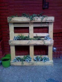 Flower garden. Made of reclaimed pallet wood ... Or DIY...