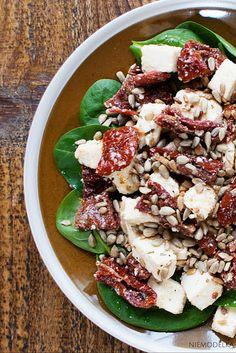 Sałatka z suszonymi pomidorami, włoskim serem i szpinakiem.Sun-dried tomatoes, cheese, spinach and sunflower seeds salad
