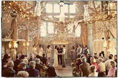 salle de mariage surplombée d'une couronne de fleurs