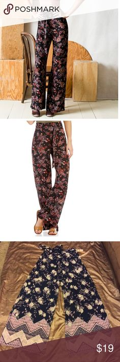 NWT Floral Edge Palazzo Pant! First two photos are simply to show the fit- same pants from the same brand but mine have different colors & design shown in last 6 pics. Wide leg, pull on palazzo pants with belt included. These are so so cute😍. Slightly sheer with lining around the booty (shown in last pic). Brand new with tags- flawless!! Bundle and save big this week 🌸😽 Takara Pants Wide Leg