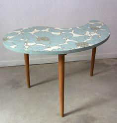 Jolie table tripode en forme de haricot dont le plateau a été recouvert de papier peint à motif floral. Un vernis a été passé afin de...