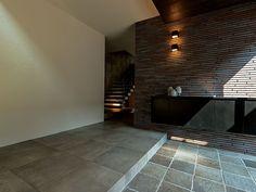 【公式:ダイワハウスの住宅商品xevoΣ(ジーヴォシグマ)のサイト】暮らしがイメージできるxevoΣの外観・内観をご紹介しています。 Japanese Door, Japanese House, Entrance Foyer, Entryway, Modern Japanese Interior, Architecture Design, Sweet Home, House Design, Corridor