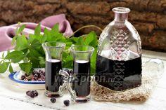 Приготовим настойку из чёрноплодной рябины Настойка из чёрноплодной рябины — напиток не только вкусный, но и полезный. Чёрноплодная рябина не теряет свои полезные свойства при кулинарной обработке. Настойка будет иметь изумительный вкус, насыщенный цвет и нежный аромат. Такую настойку смело можно подать на праздничный стол. А если добавлять 1 чайную ложку настойки в заваренный чай, то он будет обладать тонизирующими и согревающими свойствами. Следует помнить, что чёрноплодная рябина снижа...