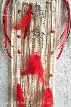 Décoration d'intérieur : Attrape-rêves « Rouge plume » - Réalisation [ Fait-Main ] avec des fils et cordelettes de coton, des fils d'aluminium (Ø0,8/1,5/2), des perles d'aluminium, des perles métalliques, des coccinelles en résine, des rubans de satin, des rubans de dentelle de coton et de jolies plumes Rouge. Les deux coccinelles sur la toile se font du tête à tête. Cet attrape-rêves est aussi une déco de Noël bienvenue pour les fêtes de fin d'année.