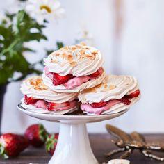 Britaleivokset | Maku Meringue Pavlova, Holidays And Events, Yummy Cakes, Panna Cotta, Bakery, Food Porn, Sweets, Vegetables, Ethnic Recipes