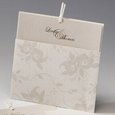Edle Hochzeitskarte mit zartem Blumenmuster in Perlmutt