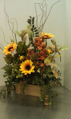 Looking for a quick and easy fall floral arrangement idea? Discover the secrets professional floral designers use and make one in less than 10 minutes. Sunflower Arrangements, Fall Floral Arrangements, Artificial Flower Arrangements, Floral Centerpieces, Artificial Flowers, Candle Arrangements, Church Flower Arrangements, Wedding Centerpieces, Flower Arrangement Designs