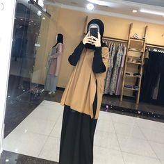 "islamskaya odejda di Instagram ""Цена двойки 3800 Платье+кофта Ткань:футер Также есть в наличии в Махачкале!"" Modern Hijab Fashion, Street Hijab Fashion, Hijab Fashion Inspiration, Casual Hijab Outfit, Hijab Chic, Hijab Gown, Moslem Fashion, Modele Hijab, Mode Abaya"