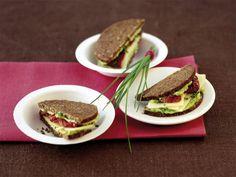 Sandwiches sind einfach gemacht: Brot im Wechsel mit Gemüse, Fleisch, Fisch oder Cremes belegt. Fertig. Und unwiderstehlich, genauso wie unsere Rezept!