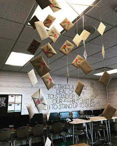 S Classroom Craziness: Classroom Tour- Mrs. S Classroom Craziness: Classroom Tour Harry Potter Classes, Deco Harry Potter, Harry Potter Classroom, Theme Harry Potter, Harry Potter Room, Harry Potter Birthday, English Classroom Decor, New Classroom, Classroom Design