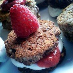 Sunde og lækre cookies med smag af kransekage med fyld af vanillecreme og sund chia-hindbær