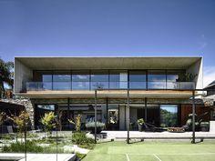 Inspirado no modernismo brasileiro, projeto de residência em Melbourne, na Austrália, tem volumetria longitudinal, de blocos sobrepostos, que expõe, em balanço, a bela aparência do concreto :: aU - Arquitetura e Urbanismo