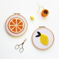 Do you know the punch needle? In this article, I share with you my tips to get started in this particular funny and addictive embroidery technique. Hand Embroidery Videos, Embroidery Hoop Art, Hand Embroidery Patterns, Embroidery Techniques, Embroidery Stitches, Perle And Co, Punch Needle Patterns, Punch Art, Rug Hooking