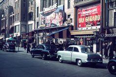 BERLIN 1954. Die Filmbühne Wien am Kurfürstendamm. 1913 gebaut, zählte es zu den ersten Kinos Berlins. Im Jahr 2000 wurde es wegen Besuchermangels geschlossen und beherbergt nun den ersten Apple Store der Stadt.