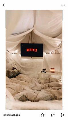 Sleepover Fort, Fun Sleepover Ideas, Girl Sleepover, Sleepover Activities, Chill, Indoor Movie Night, Cool Forts, Dream Dates, Cute Date Ideas