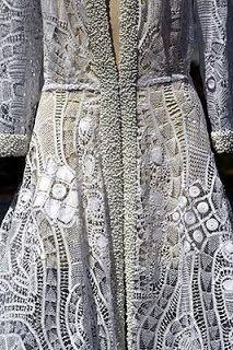 Renda Renascença - trabalho artesanal originário do século XVI na Europa, daí a origem do nome Renascença, chegou ao Brasil trazida pelos portuguêses e foi iniciada em Pernambuco.