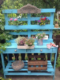 pallet garden Creative Potting Bench Plans To Organized And Make Gardening Work Easy 35 Outdoor Potting Bench, Pallet Potting Bench, Potting Tables, Pallet Benches, Pallet Couch, Pallet Tables, Pallet Bar, Plant Table, Garden Table