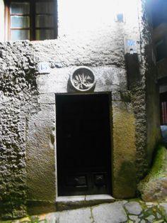 Dintel con escudo de la Santa Inquisición en la Calle Chorrito, de noche