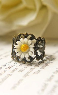 Vintage White Daisy Ring..I love this!  I've never seen anything like it.