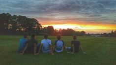 Enjoying a sunset.  Los chicos de #Epsom Sports.  Un programa muy especial   #WeLoveBS #inglés #idiomas  #Epsom  #ReinoUnido #RegneUnit #UK  #Inglaterra #Anglaterra  #Jóvenes #adolescentes #deporte #Sport #summer #young #teenagers #boys #girls #city #english #awesome #Verano #friends #group #anglès #cursos #viaje #travel #Love #sunset