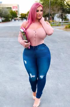 We all like to try new styles and outfits every week. Sexy Jeans, Jeans With Heels, Curvy Women Fashion, Womens Fashion, Curvy Plus Size, Plus Size Lingerie, Sexy Curves, Jeans Style, Fashion Outfits
