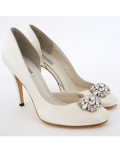 Pretty heels with brooch
