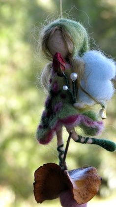 Aguja de fieltro Waldorf inspirado móvil ornamento pequeña hada mágica de una semilla de rosa