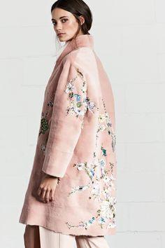 Пальто oversaiz с вышивкой, очень нежно, когда хочеться чего-то необычного и легкого, вышивка так же останется актуальной в будущем сезоне)
