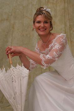 !!!+MIMOŘÁDNÁ+AKCE+!!!+Svatební+šaty+vel.+38+Původní+cena+17000,-Kč+Krásné+bílé+svatební+šaty+s+rukávky.+Dvoudílné,+korzet+je+na+šněrování,+sukně+potažená+organzou.+Rukávky+jsou+ozdobené+krajkovým+lemem.+Šněrování+umožňuje+lehce+upravovat+velikost.+Šaty+jsou+zdobené+vyšívaným+tylem+s+kytičkami.+Doplňky+nejsou+v+ceně+Velikost+38