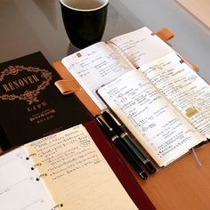 1月も最終週になり当日ToDoと週間ToDoを管理するほぼ日コンビ(avecとweeks)がたいへん上手く活用できてるので手帳とか日記帳については半年ほど現状固定(とりあえずもう考えない)を決意 次は雑記帳を何にするか脳内会議  システム手帳にジャンル別で書くかノートにするか 手持ち在庫がありすぎるのでその中で決めさせて  カスタム74とペリカン800が同じ長さって今気づいた パイロットの書き心地とコスパに全く文句は無いけどペリカンのずっしりな重さにホッとする時もある両方EF  #ほぼ日手帳 #ほぼ日weeks #万年筆 #システム手帳 #filofax by starfield