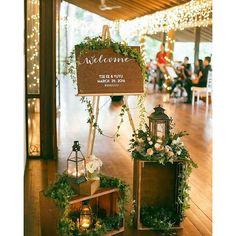 Que graça essa entrada da recepção, além do welcome, os noivos já colocaram a hashtag do casamento! #rusticwedding #rustico #ideiascasamento #recepção #festadecasamento #diy #diycasamento
