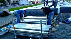 Грузчики комплектуют усиленный ригель на брущатке красной площади после концентрат посвящённого дню России.