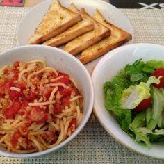 Baked meat sauce spaghetti with garlic toast