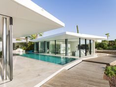 Modern seafront residence located in Spain, designed in 2016 by JLE Arquitectos. Style At Home, Modern Pool House, Moderne Pools, Hotels, Building A House, Building Ideas, Ground Floor, Home Projects, Swimming Pools